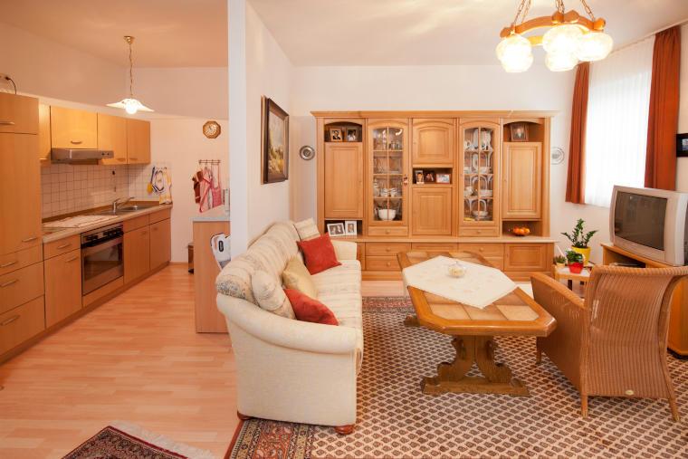Küche und Wohnbereich einer Wohnung in der Altstadtresidenz Betreutes Wohnen Probsteder, Bad Griesbach